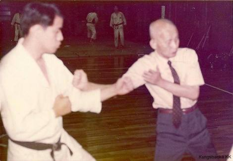 The original Grandmaster Ohtsuka Hironori demonstrates his technique.